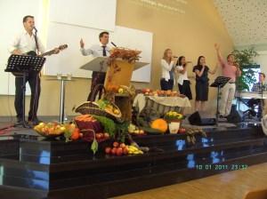 Grupa de laudă şi închinare împreună cu Ovidiu Andreica